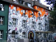 Kinder entdecken Graffiti an Häusern